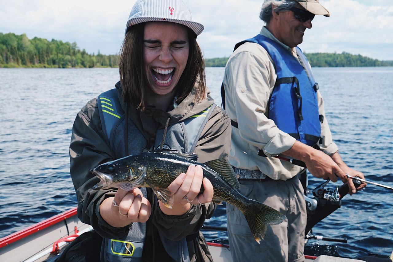 Pêcheur très heureux avec un doré dans les mains
